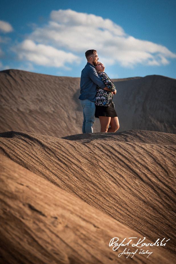 błękit nieba i złoto piasku tworzą uzupełniajęce się kolory do Sesji narzeczeńskiej na pustyni - fotograf gdańsk Rafał Kowalski
