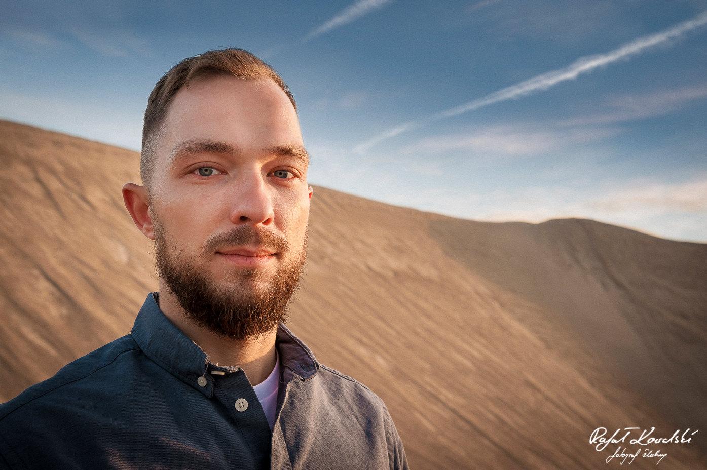 Sesja na wydmach fotograf gdańsk Rafał Kowalski -męski portret w pustynnym klimacie