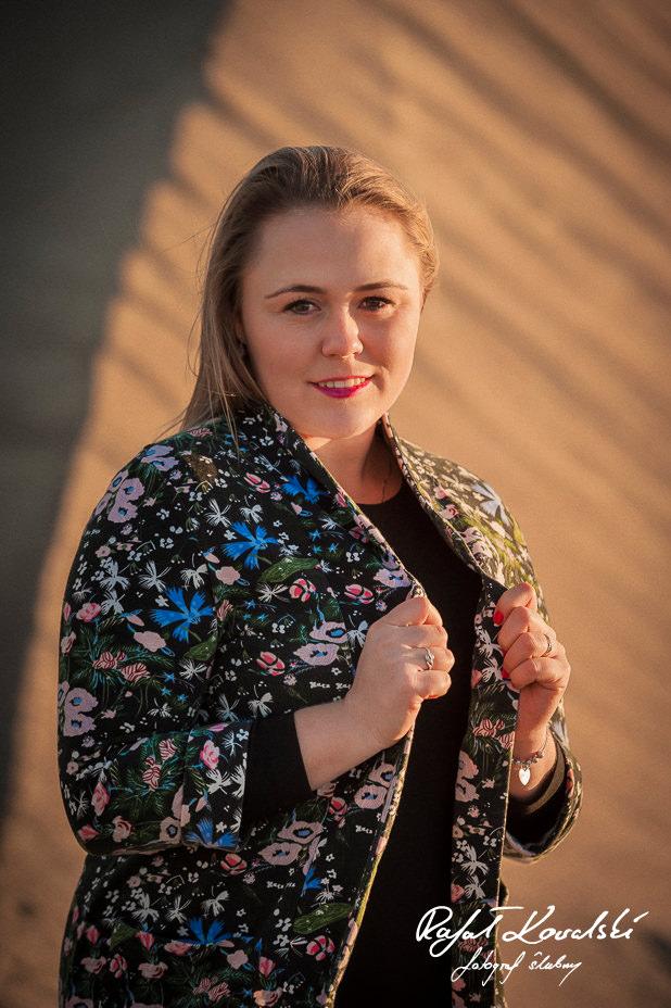 Słoneczny portret kobiecy - Sesja na wydmach fotograf gdańsk Rafał Kowalski