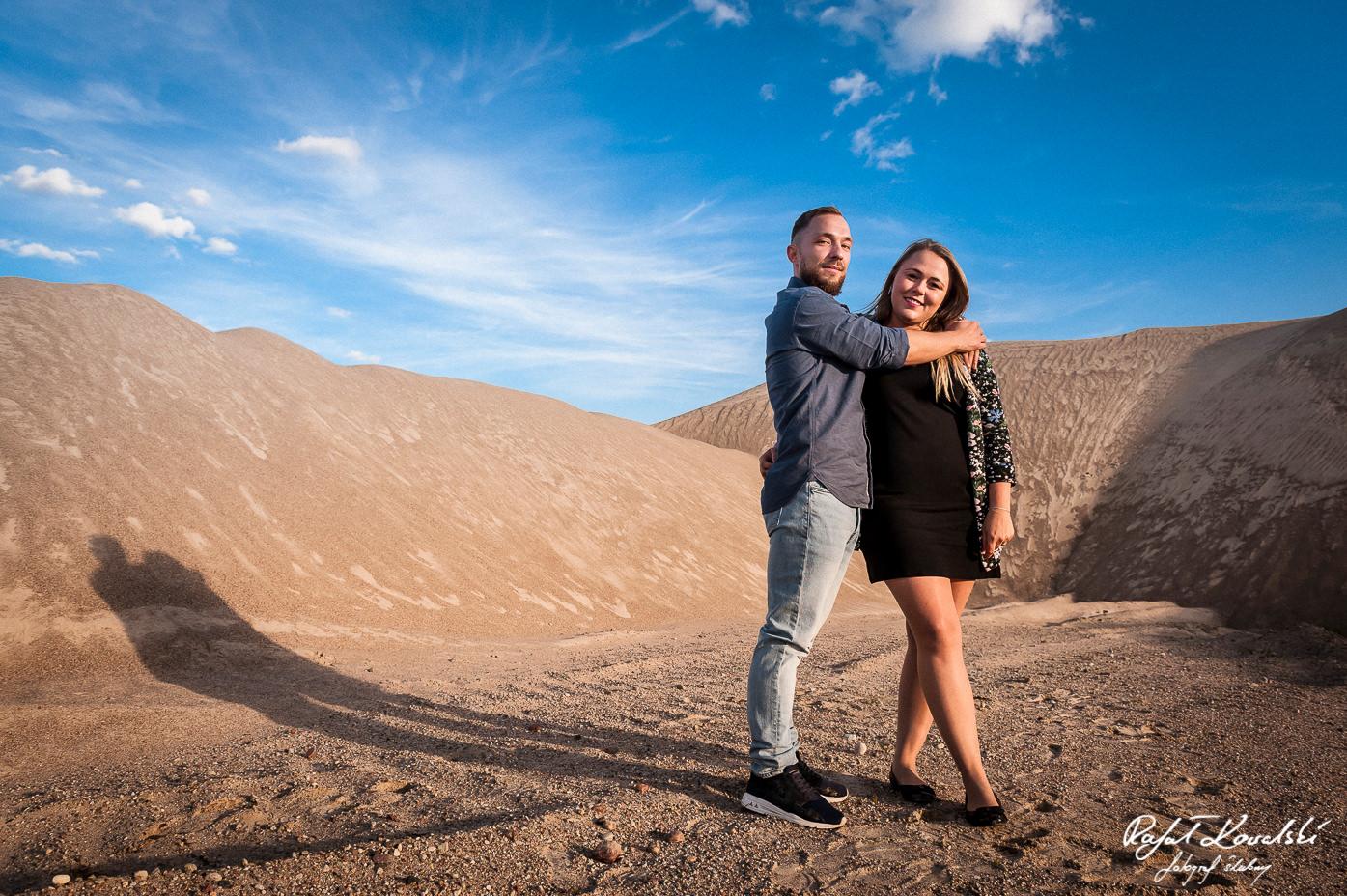 miłość między dwojgiem narzeczonych widać na fotografiach - pustynna sesja narzeczeńska fotograf gdańsk Rafał Kowalski