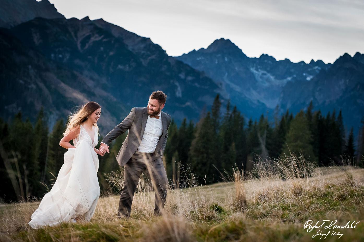 Sesja ślubna w Tatrach fotograf Ślubny Rafał Kowalski para młoda na tle górskiego krajobrazu