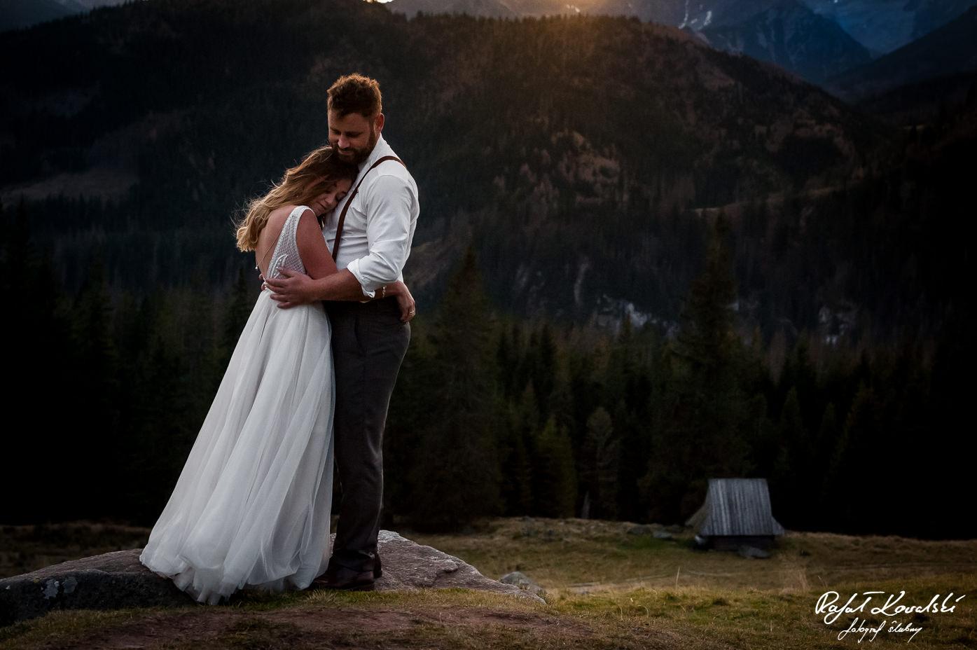 Sesja ślubna w Tatrach z charakterystycznym elementem krajobrazu w tle, drewnianą bacówką