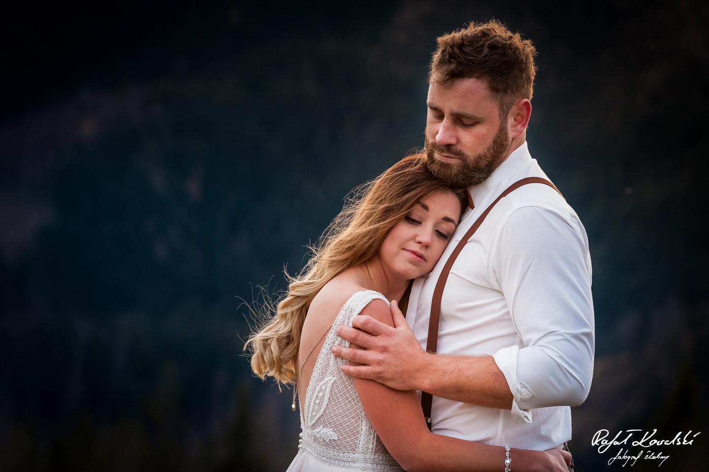 Sesja ślubna w Tatrach - pannie młodej dobrze jest się przytulić do szerokiej męskiej piersi