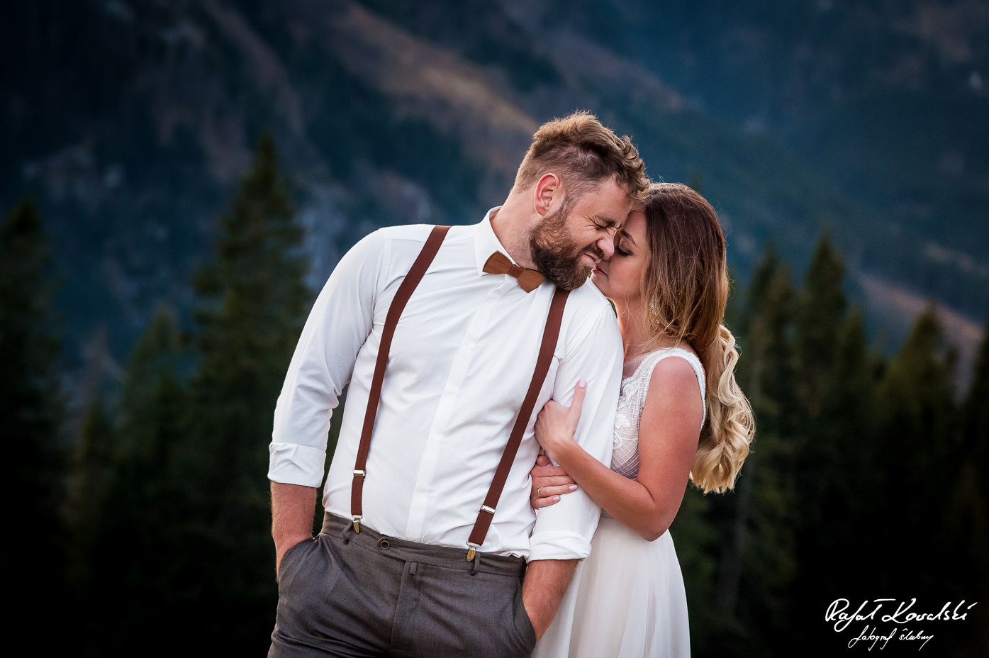 drewniana muszka dobrze wpisuje się w tematykę pleneru ślubnego w Tatrach