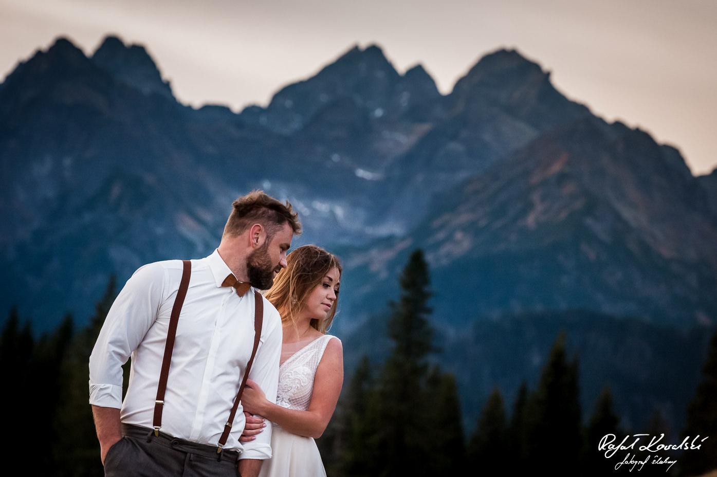 plener ślubny w Tatrach mimo jesiennej pory dało się pozować z odkrytymi ramionami