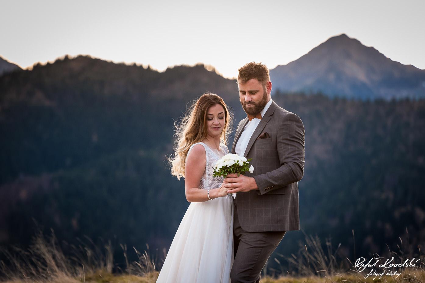 bukiet ślubny na sesji ślubnej to pożądany dodatek