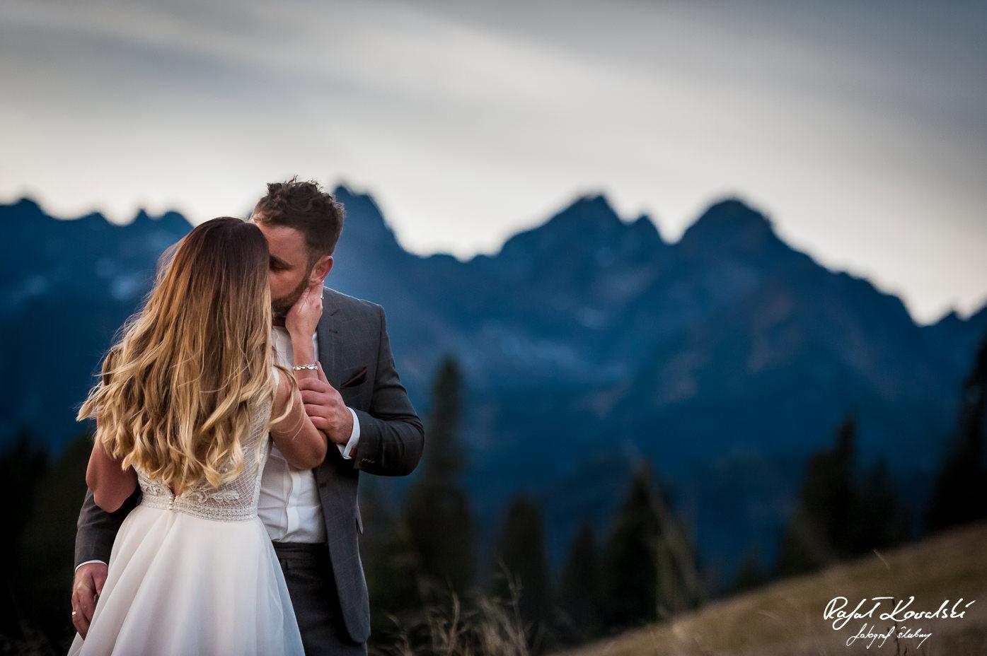 Sesja ślubna w Tatrach pocałunek zakochanych na tle górskich szczytów fotograf Ślubny Rafał Kowalski