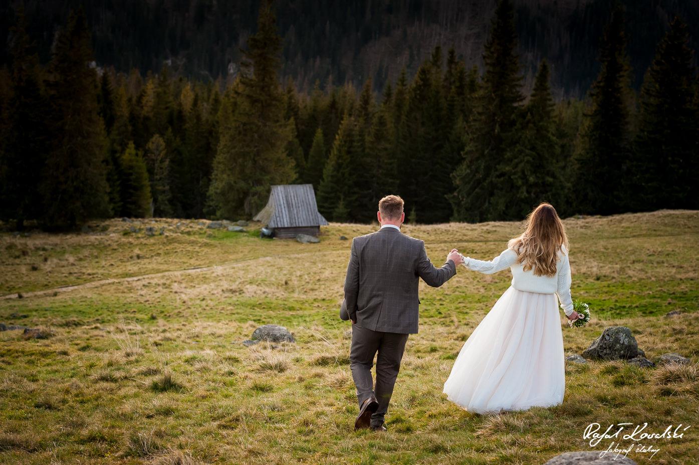Sesja ślubna w Tatrach spacer w stronę bacówki