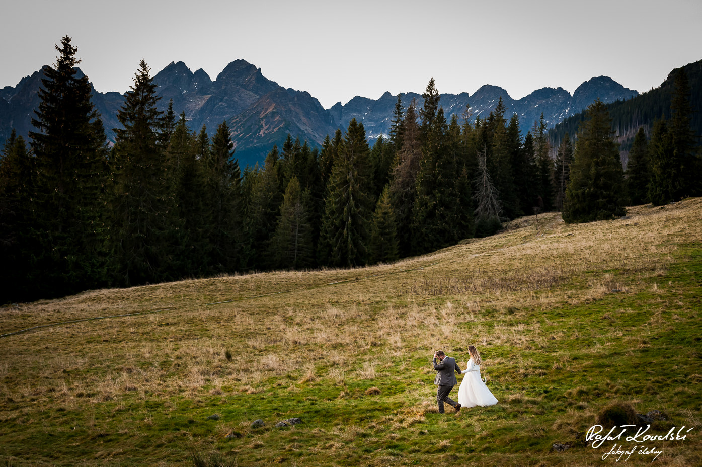 Sesja ślubna w Tatrach para młoda w rozlegym górskim pejzażu fotograf Ślubny Rafał Kowalski