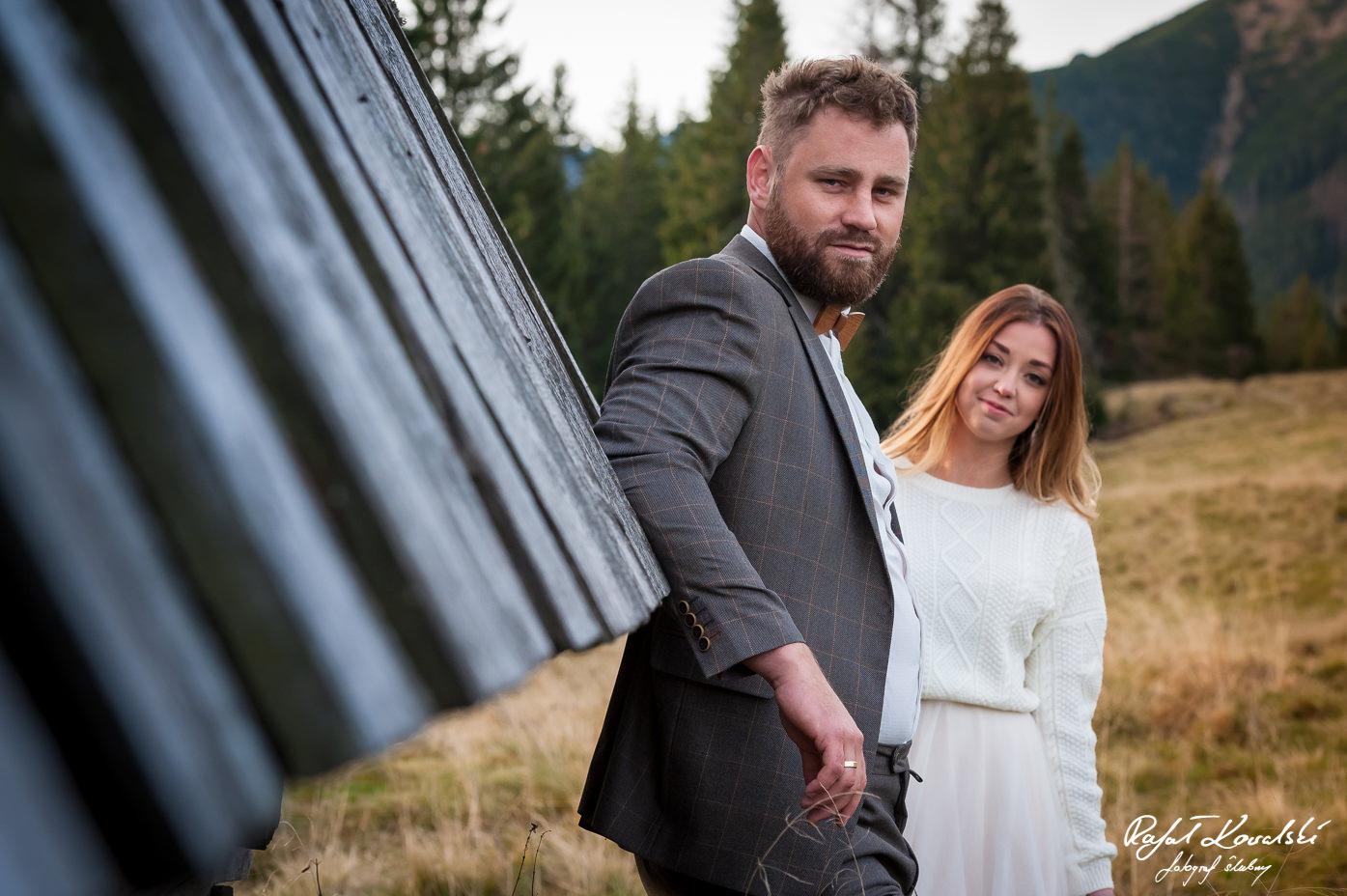portret pary młodej w górach
