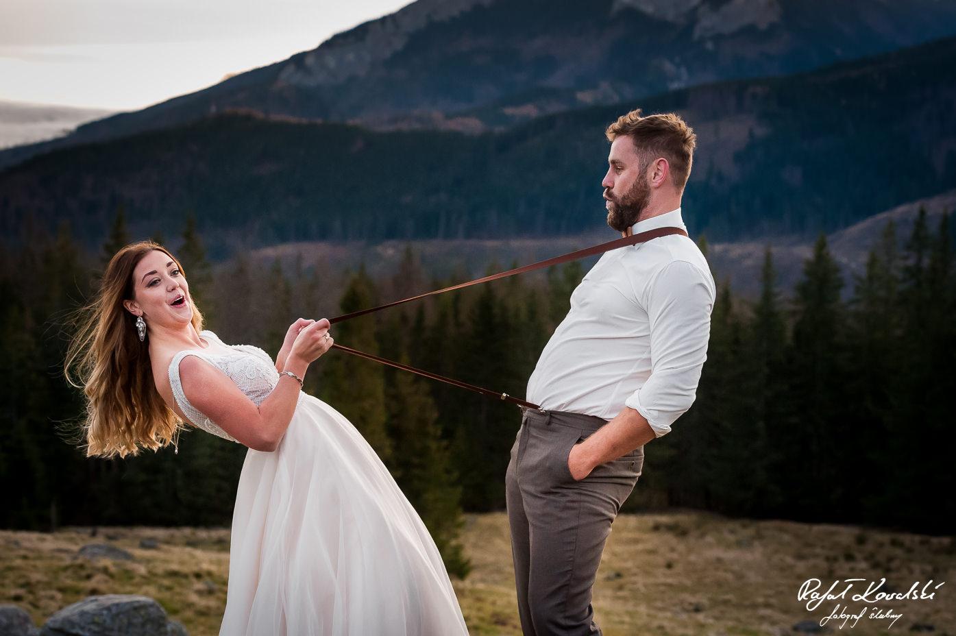panna młoda sprawdza jak bardzo wytrzymałe są szelki jej męża