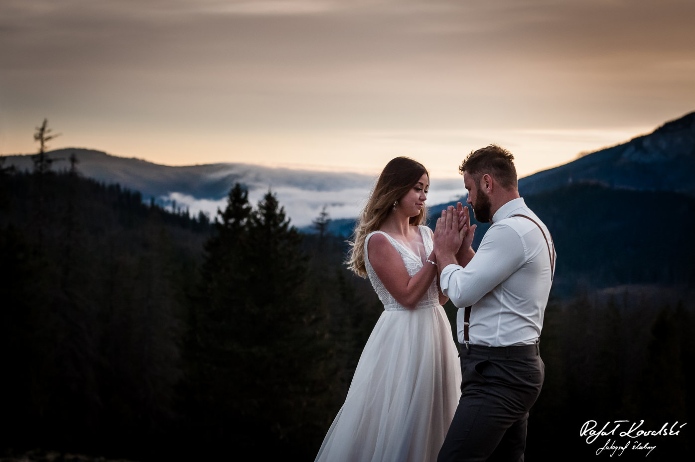 Sesja ślubna w Tatrach - dobrze jeśli jest ktoś, kto ogrzeje zmarznięte dłonie