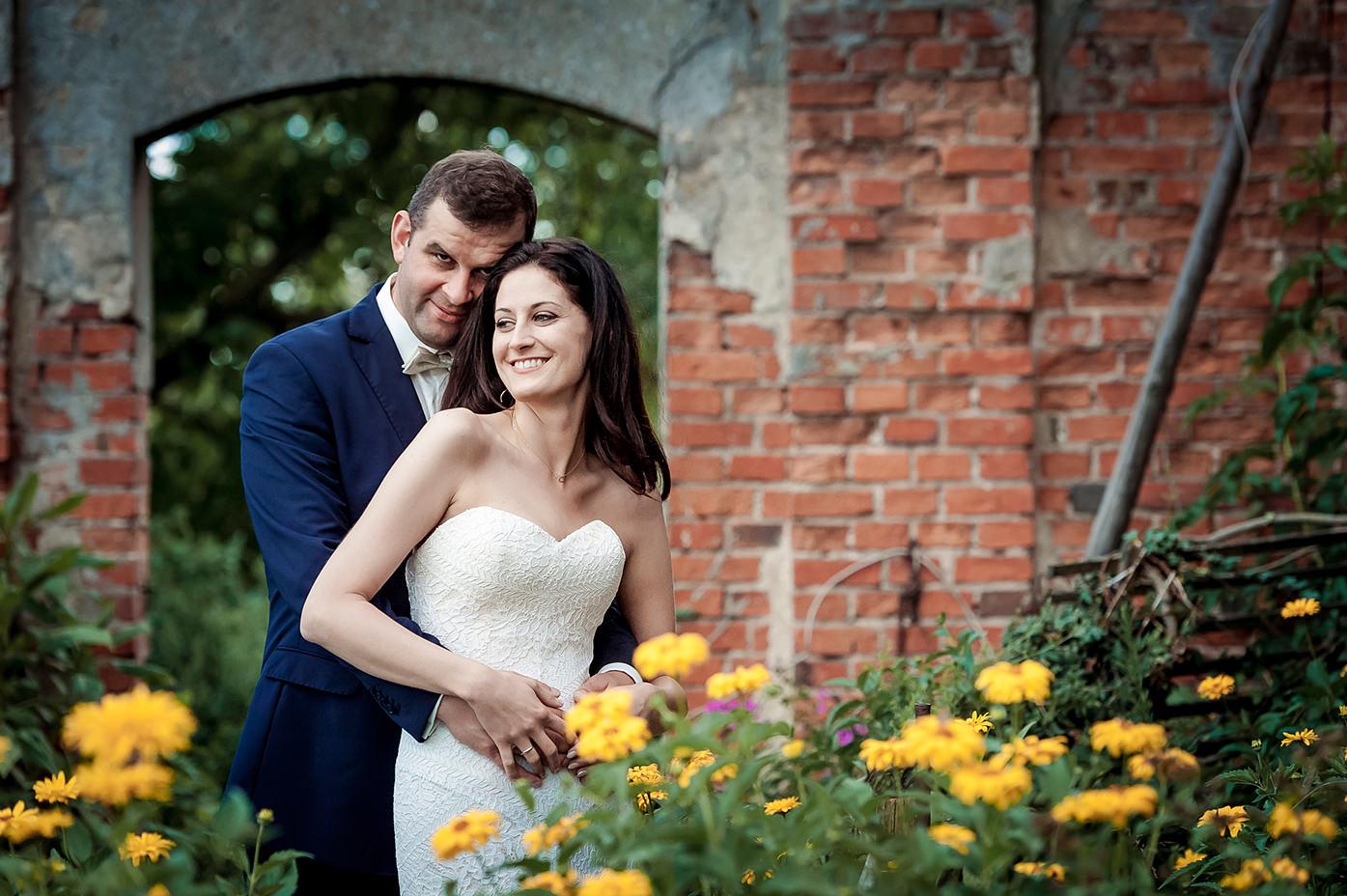 Rafał Kowalski Fotograf Ślubny opinie - Para młoda w trakcie pleneru ślubnego w ruinach pałacu koło Golubia-Dobrzynia