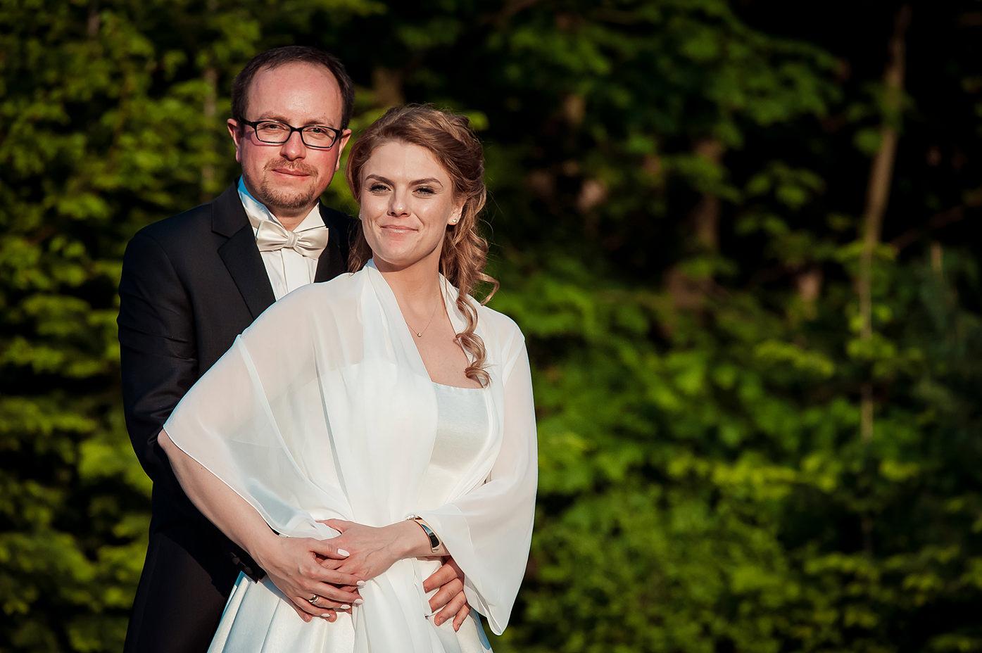 Rafał Kowalski Fotograf Ślubny opinie - szczęśliwi nowożeńcy na sesji w dniu ślubu w ogrodzie sali weselnej Kalinówka w Gdańsku