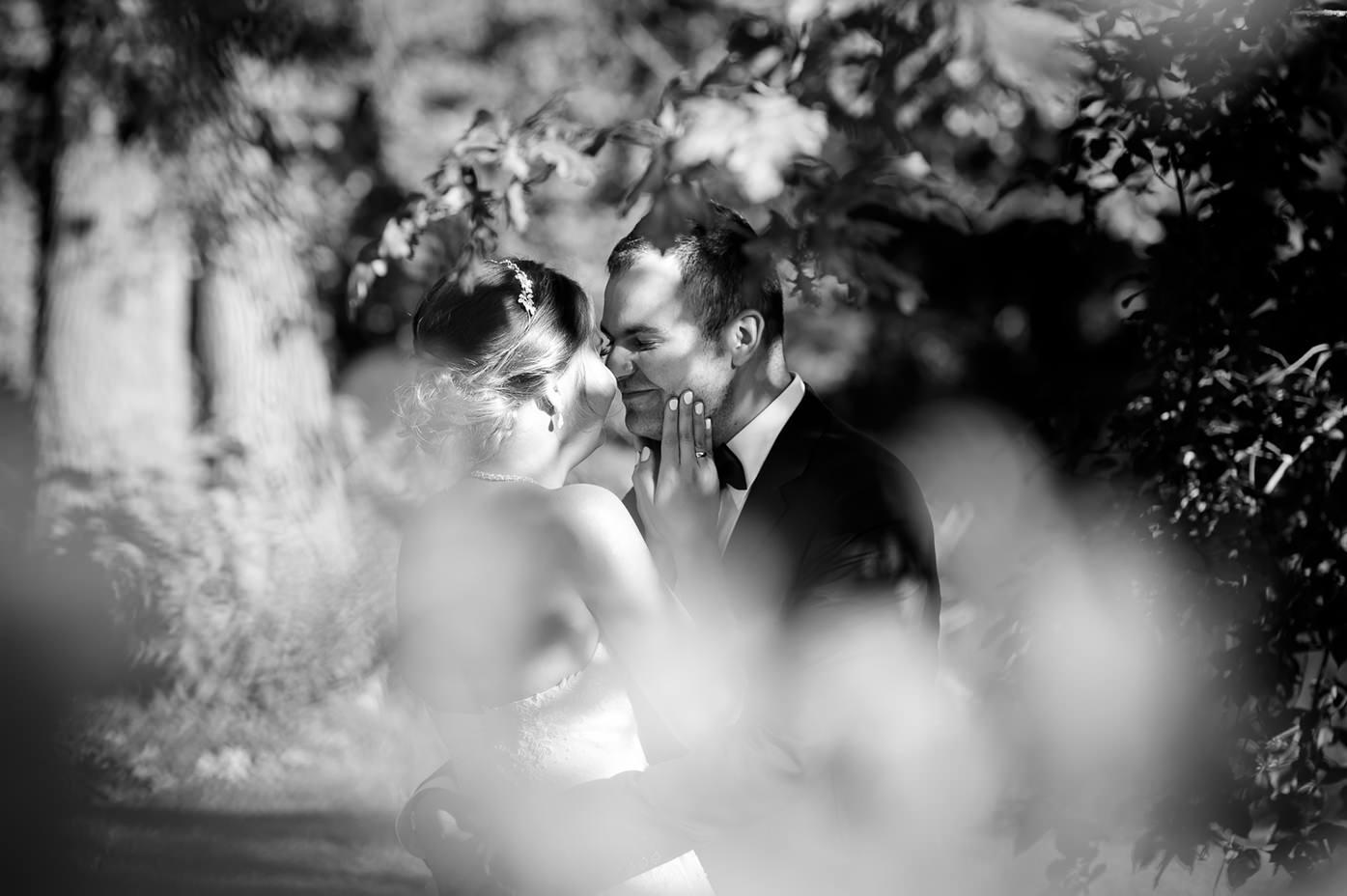 Rafał Kowalski Fotograf Ślubny opinie - spojrzenia zakochanych nowożeńców na plenerowej sesji ślubnej w parku pałacu Ostromecko koło Bydgoszczy