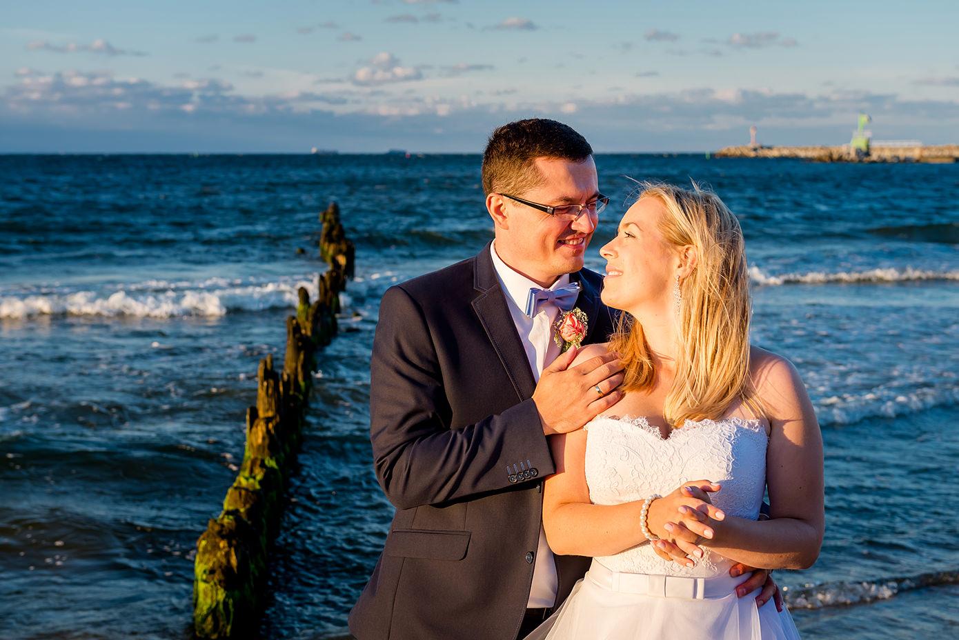 Rafał Kowalski Fotograf Ślubny opinie - zakochana Para młoda w świetle zachodzącego słońca na plenerowej sesji ślubnej na plaży w Górkach Zachodnich