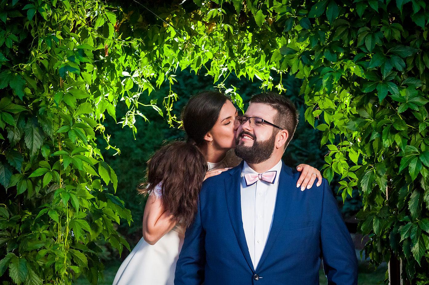 Rafał Kowalski Fotograf Ślubny opinie - para młoda pozująca na sesji w dniu ślubu w ogrodzie swojego domu w Gdyni