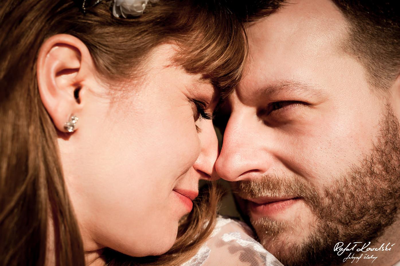 pierwszy marcowy Plener Ślubny Gdynia czułe spojrzenia w promieniach wiosennego słońca