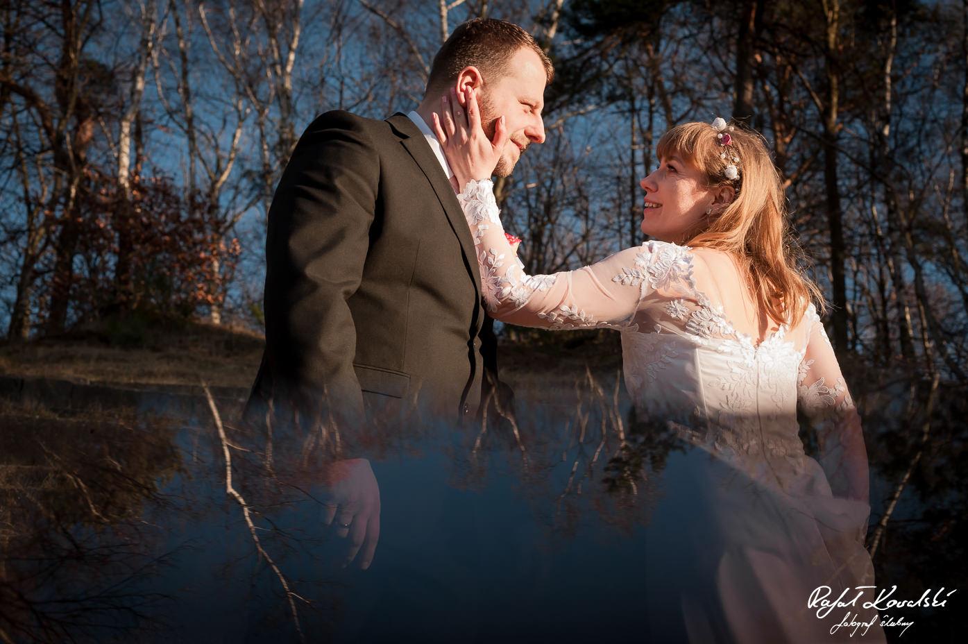 czułe gesty pomiędzy pozującą parą są bardzo pożądane na plenerze ślubnym, nie tylko w Gdyni
