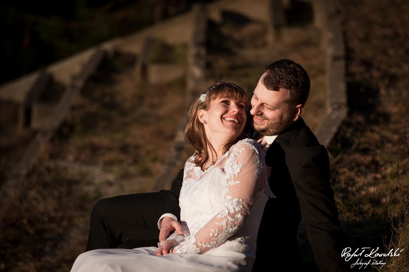serdecznie uśmiechnięta młoda para pozuje do pamiątkowej fotografii na plenerze ślubnym - Fotografia Ślubna Gdynia