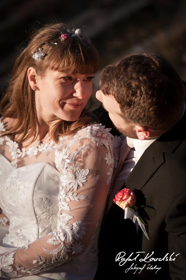 Fotografia Ślubna Gdynia - panna młoda pozuje do fotografii siedząc na kolanach męża