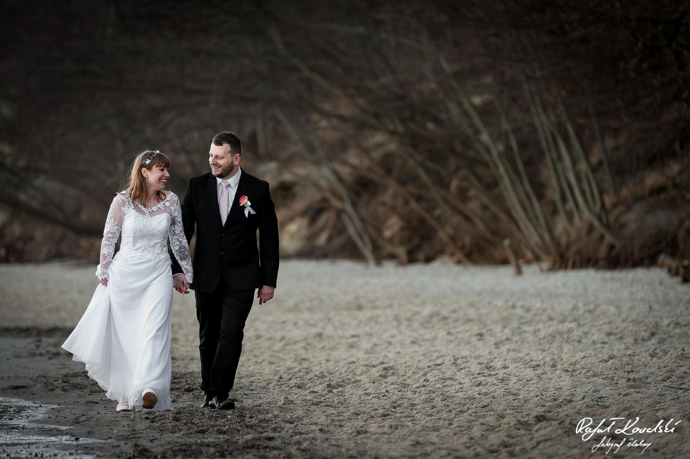 krótki spacer brzegiem morza na plenerze ślubnym w Gdyni Redłowo