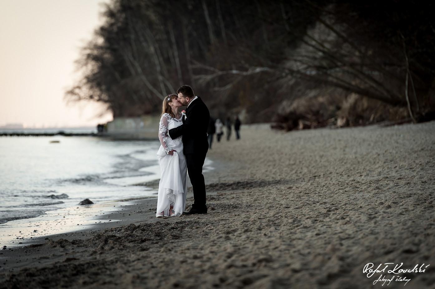 pocałunek pary młodej nad brzebiem morza w Gdyni Redłowo