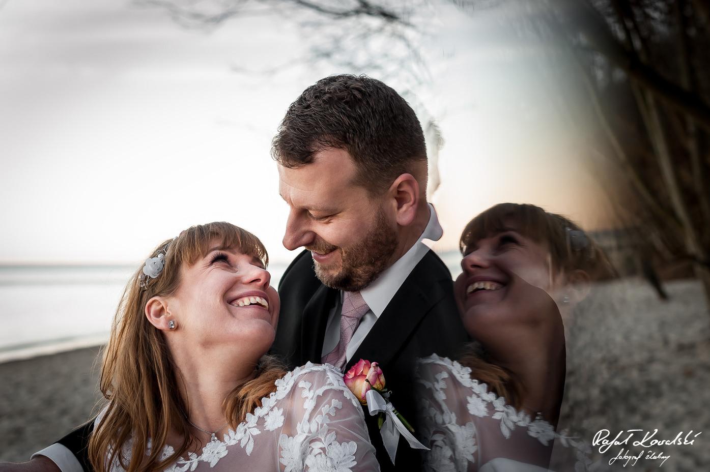 Zdjęcia Ślubne Gdynia efektowne odbicie sprawia wrażenie jak były dwie panny młode na zdjęciu z pleneru ślubnego