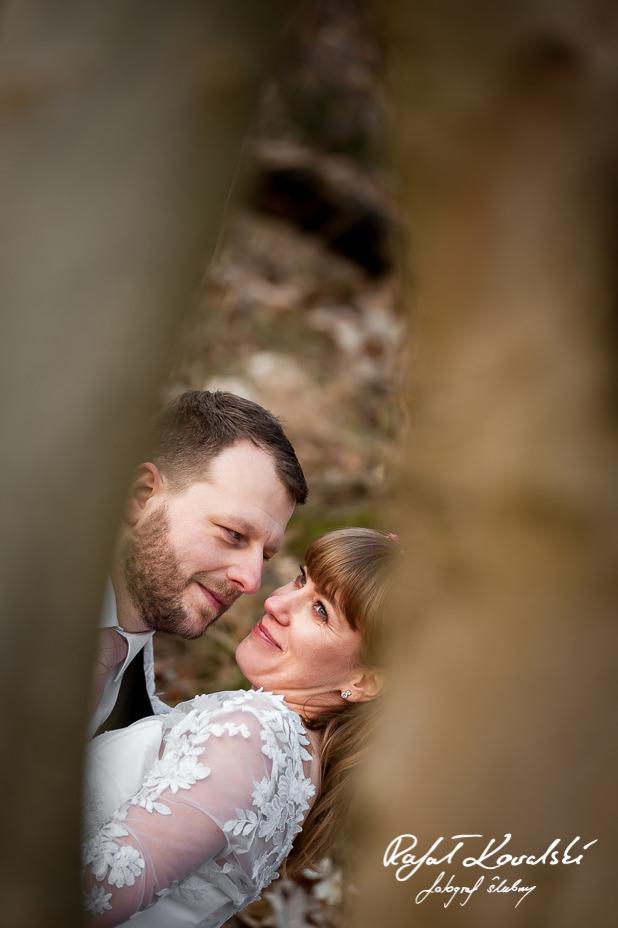 Zdjęcia Ślubne Gdynia- Fotograf ślubny Gdynia - pan młody uważnie przypatruje się małżonce