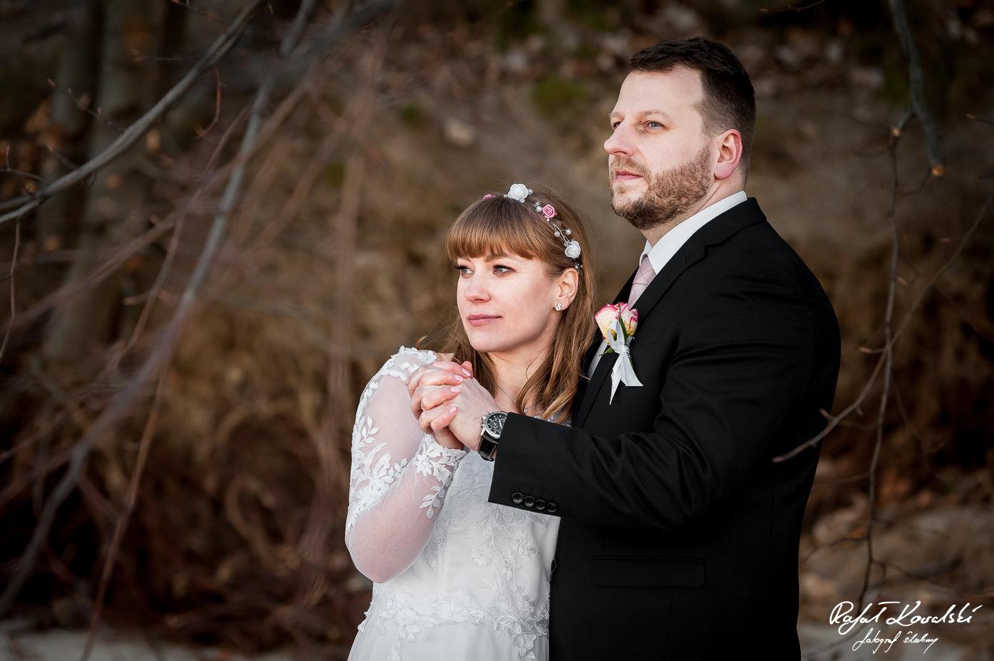 para młoda wpatrzona w niewidoczne na fotografi ślubnej morze