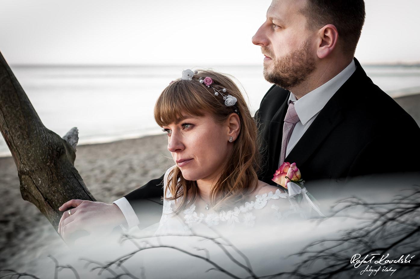 chwila zadumy nowożeńców na sesji zdjęciowej nad morzem w Gdyni