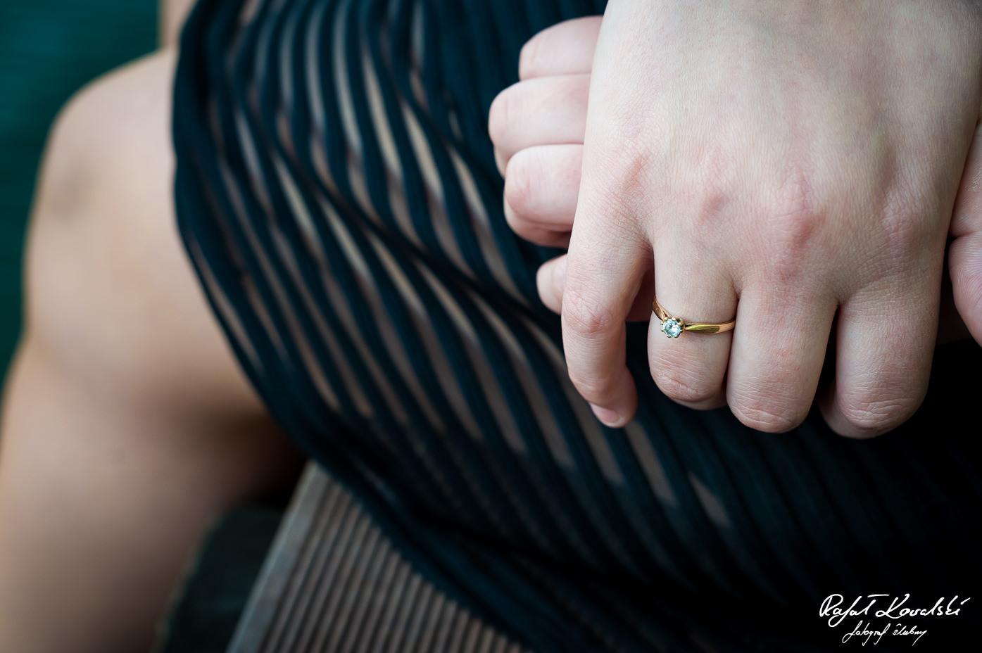 Sesja narzeczeńska Gdańsk - pierscionek zaręczynowy błyszczący na palcu narzeczonej to pewny znak, że sprawy mierzają w kierunku hucznego wesela