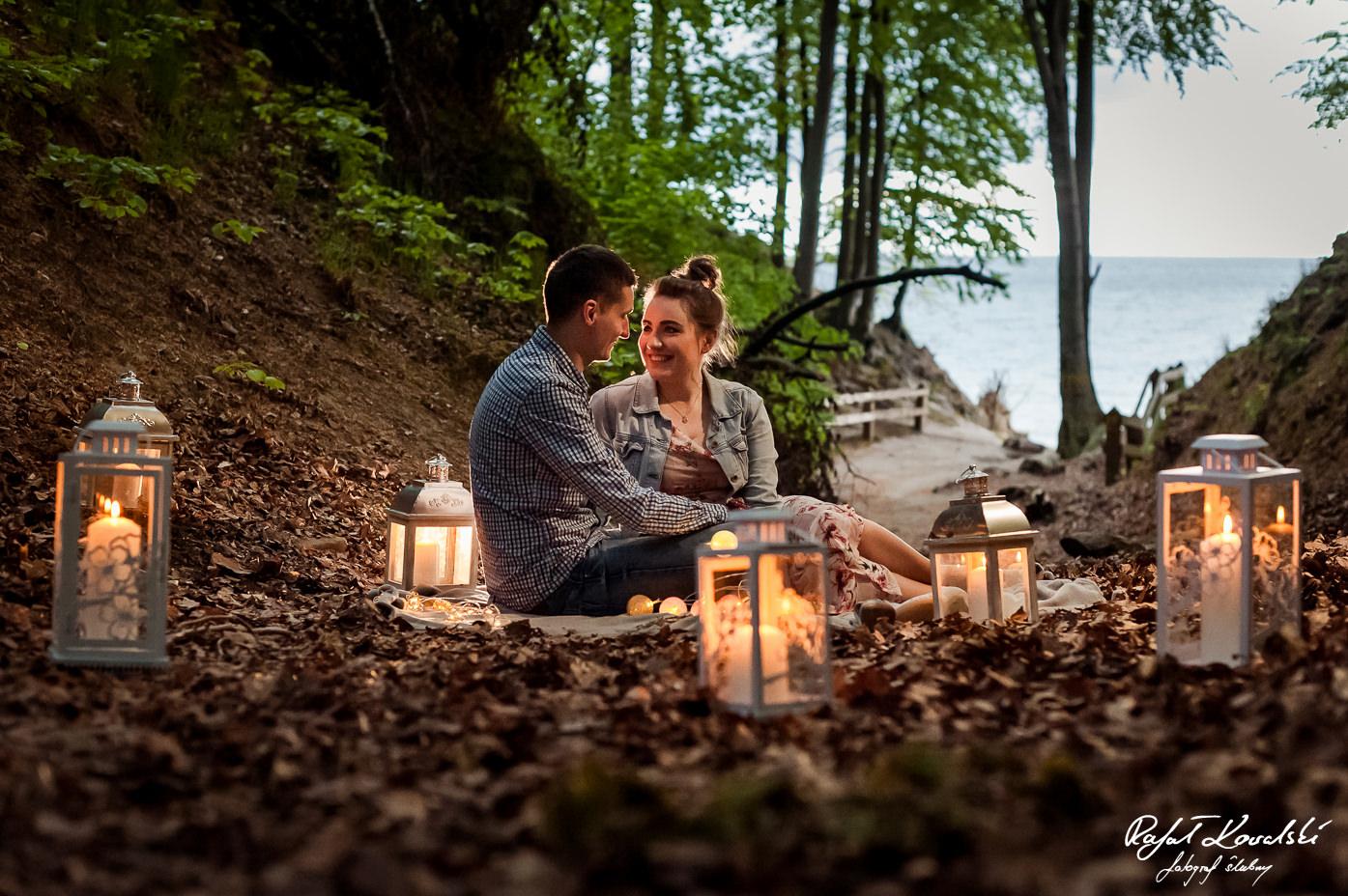 Lampiony doskonale sprawdziły się budując klimat sesji narzeczeńskiej w lesie w Gdyni