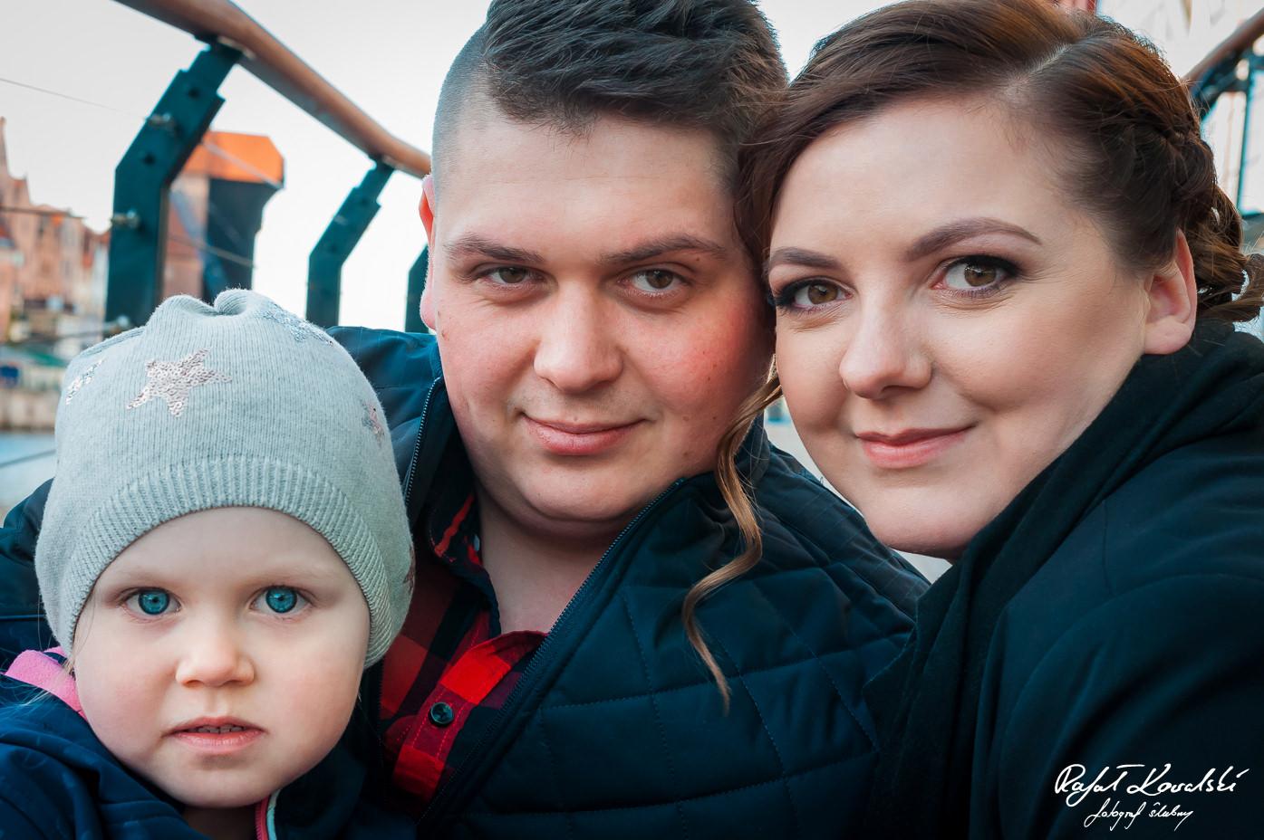 na piamiętkowej fotografii z sesji narzeczeńskiej w Gdańsku widać dumnych rodziców i ich małą córeczkę