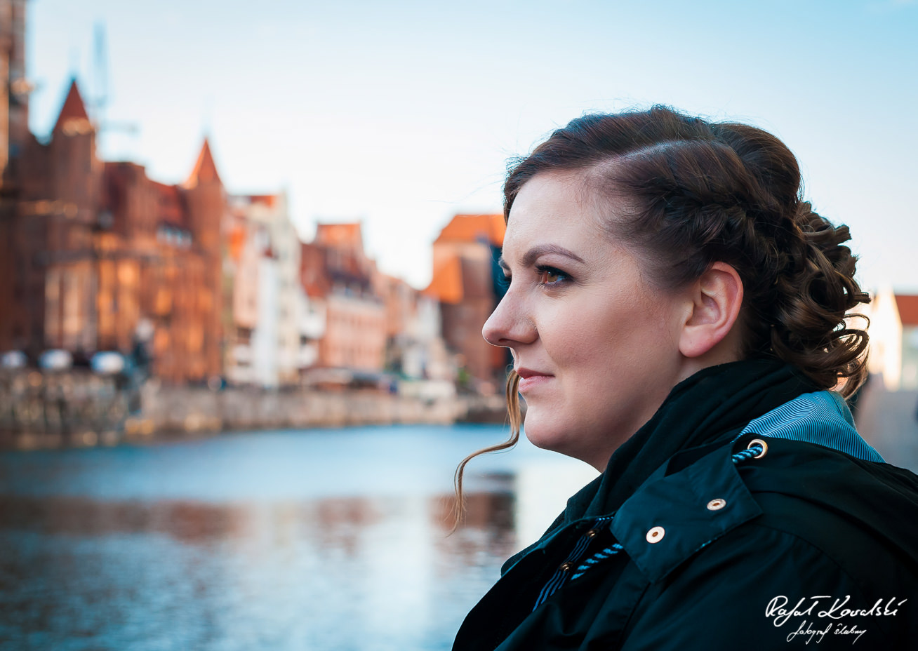 portret przyszłej panny młodej na sesji narzeczeńskiej, wpatrzonej w uroczą panoramę gdańskiego Długiego Pobrzeża