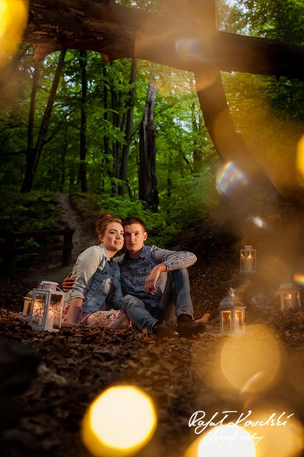 cienisty wąwóz w lesie w Gdyni Redłowo stwarzał intymną atmosferę na sesji zdjęciowej