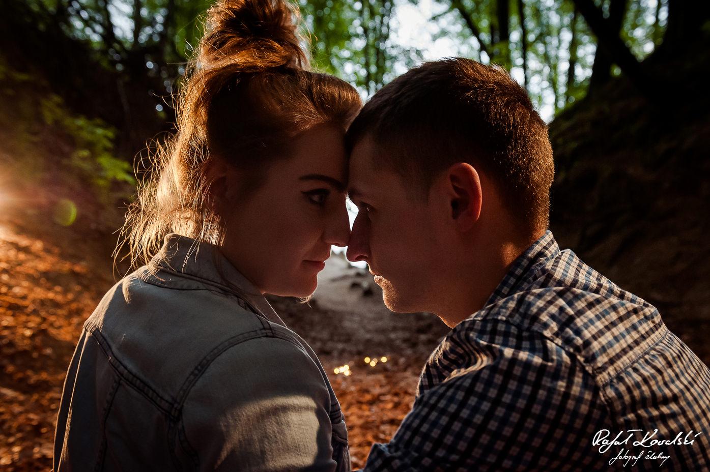 czułe spojrzenia zakochanych na sesji narzeczeńskiej w Gdyni