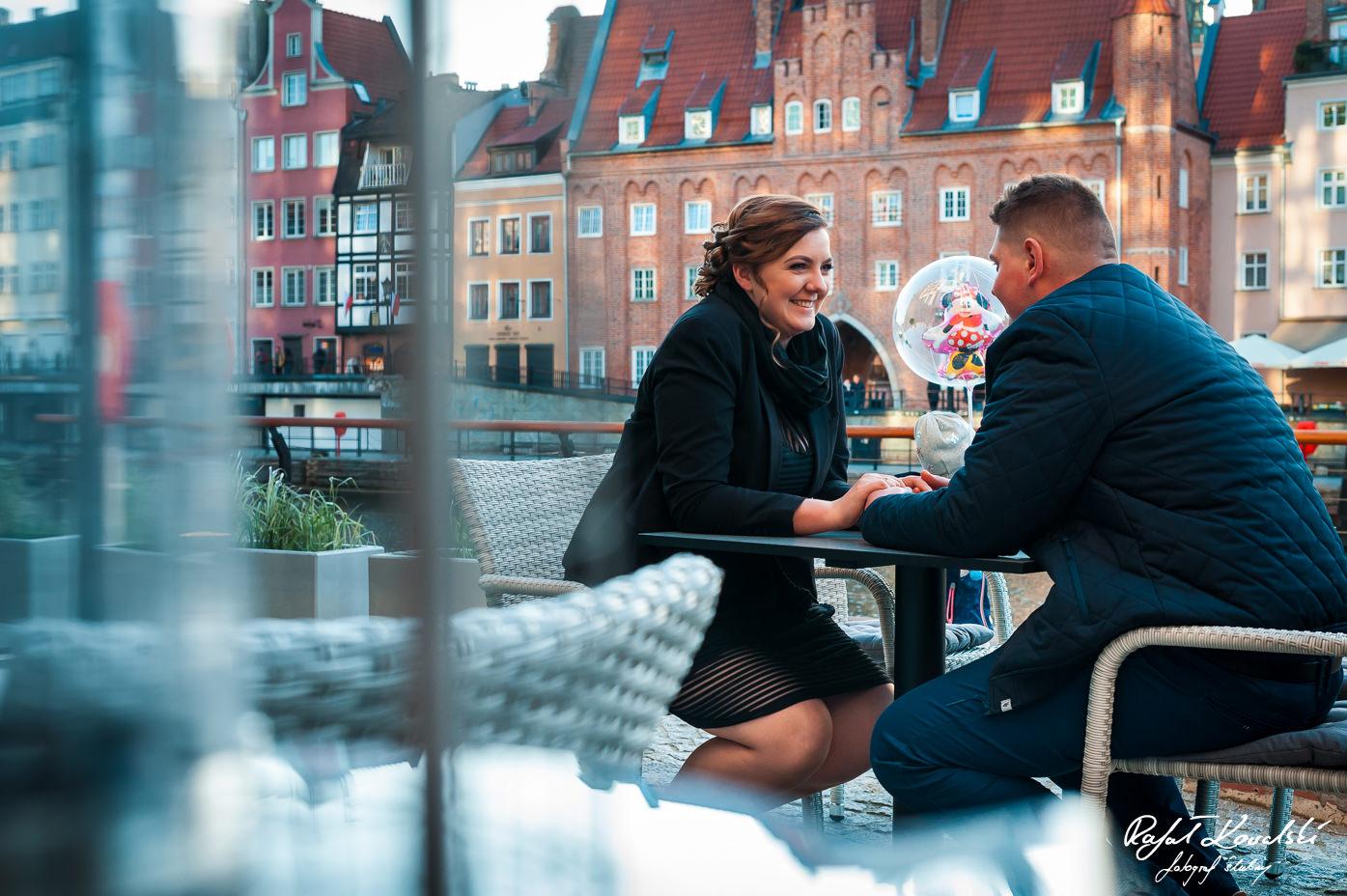 dobre nastawienie i humor podczas sesji narzeczeńskiej bardzo ułatwiają fotografowanie zakochanych par, nie tylko w Gdańsku, ale też w każdym innym miejscu