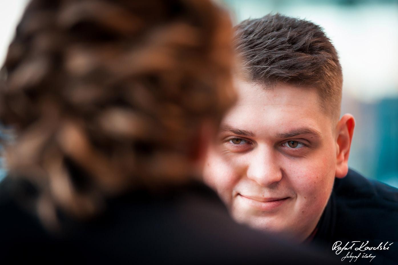 sesja dla narzeczonych w Gdańsku - pełne miłości spojrzenie przyszłego Pana Młodego