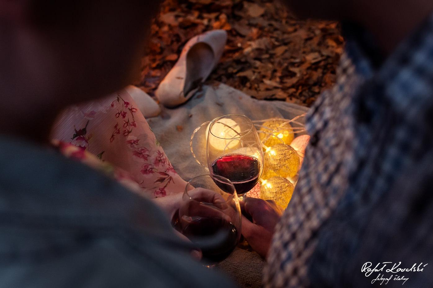 czerwone wino doskonale podkreślało romantyczna atmosferę sesji zdjęciowej