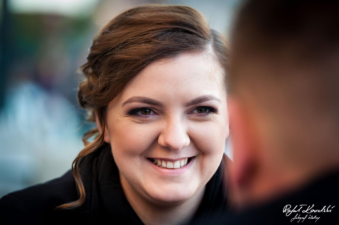 pełen uśmiechu portret przyszłej panny młodej na sesji narzeczeńskiej w Gdańsku