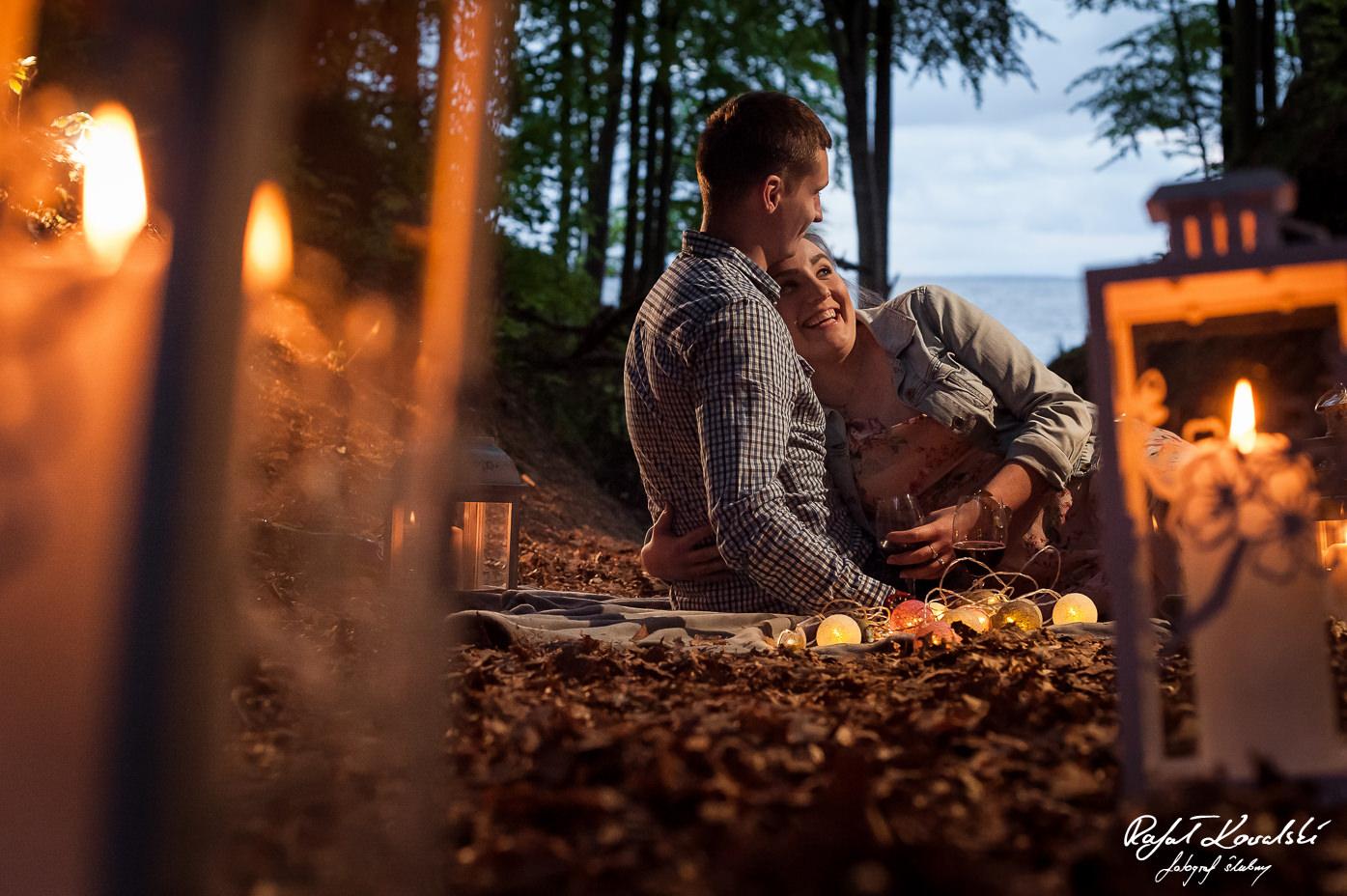 romantyczny nastrój wieczornej sesj dla narzeczonych