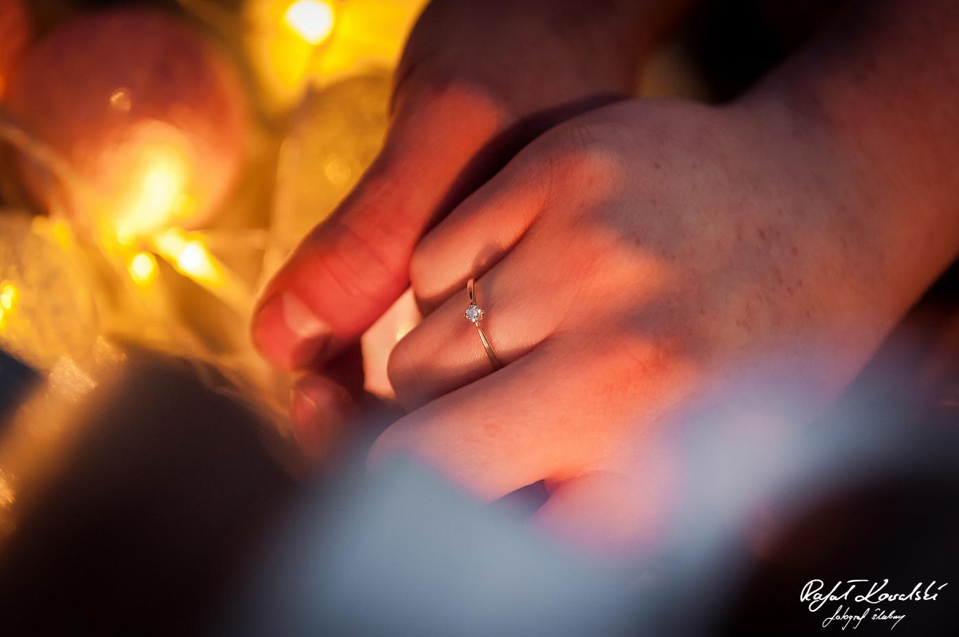 pierścionek zaręczynowy błyszczy się na palcu przyszłej panny młodej