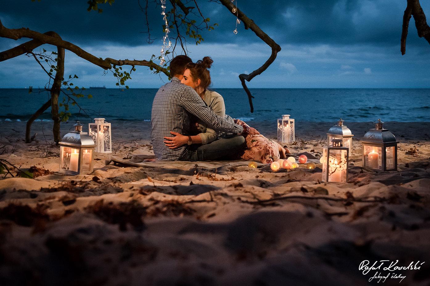 plenerowa sesja narzeczeńska na plaży wieczorem