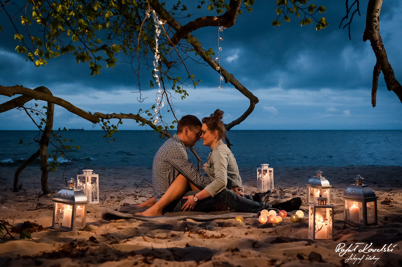 zakochana para wtulona w objęciach na plazy podczas sesji narzeczeńskiej w Gdyni Orłowo
