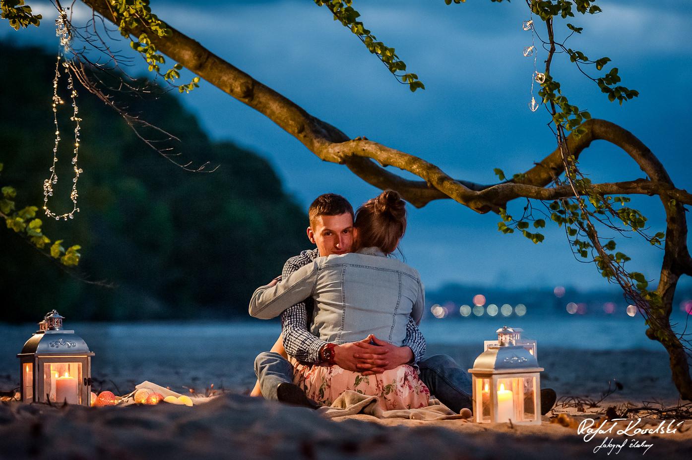 światła Gdyni w tle na zdjęciu z sesji narzeczeńskiej na plaży
