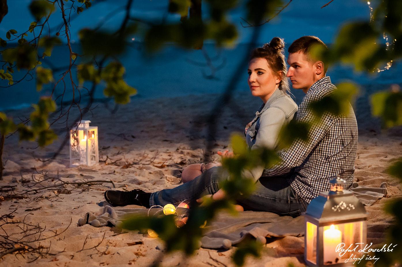 wieczorna narzeczeńska sesja zdjęciowa na Gdyńskiej plaży pod koroną drzewa