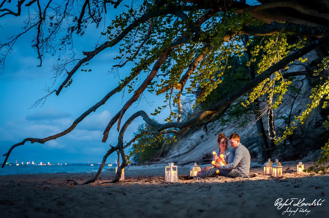 sesja narzeczeńska a plazy w wieczornym morzem w tle