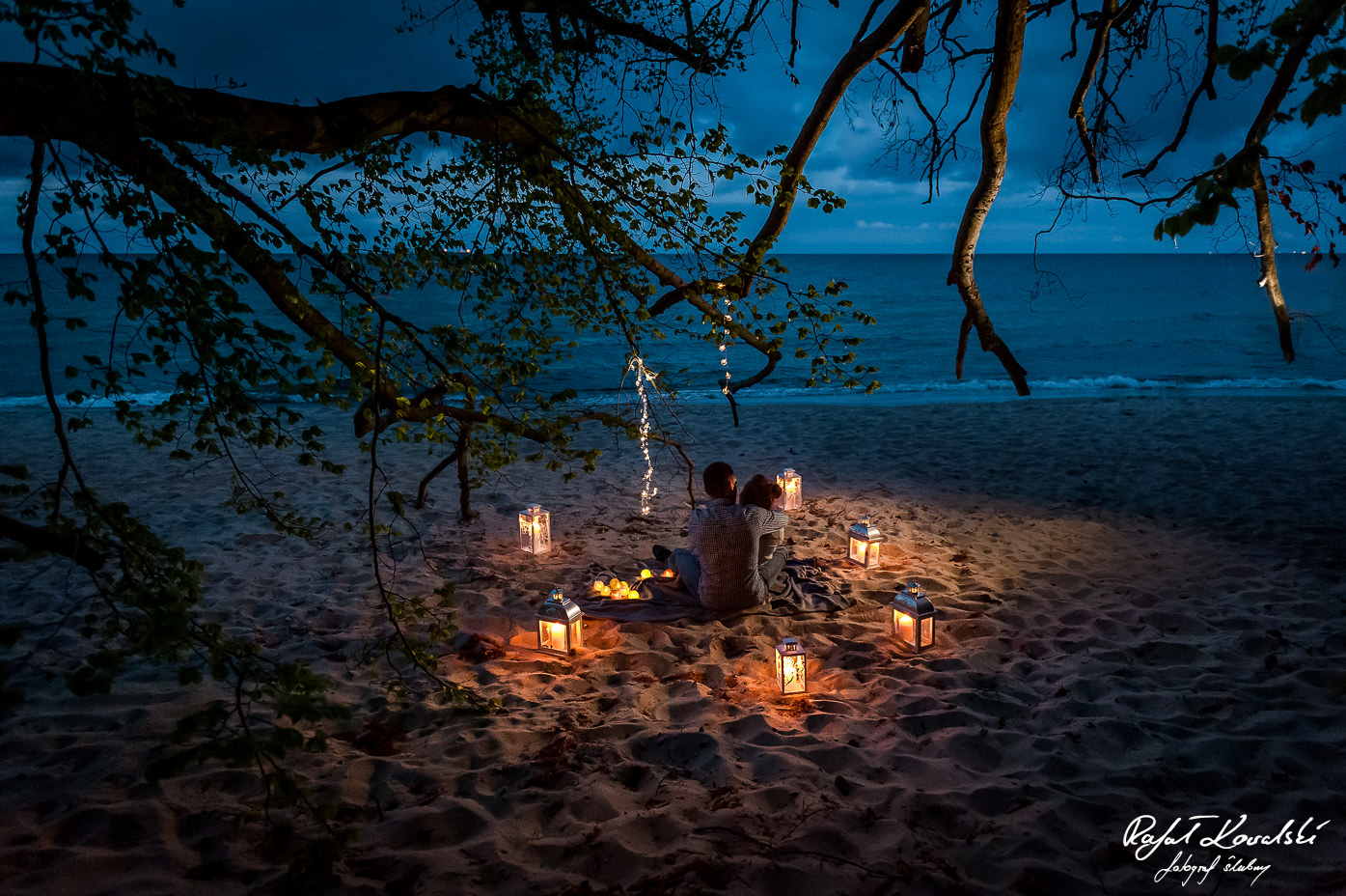 romantyczny wieczór narzeczonych na plaży w otoczeniu blasku lampionów - sesja narzeczeńska w Gdyni