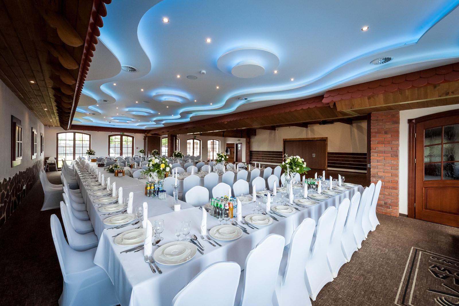 Sala Bankietowa stoły i podświetlany sufit